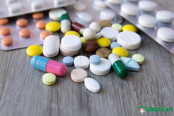 Uống thuốc điều trị nhân tuyến giáp