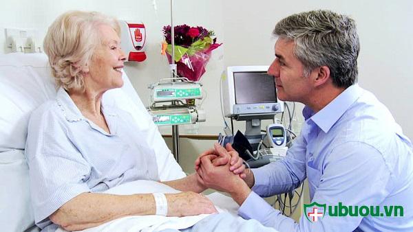 Một người bị bệnh cần có thêm 1 -2 người đi kèm chăm sóc